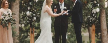 What should a wedding officiant wear?